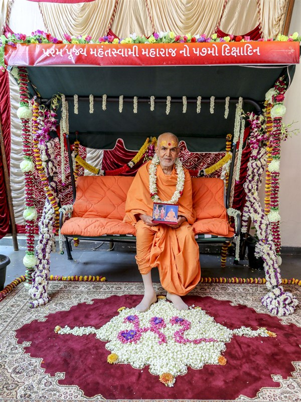 Swamishri with Thakorji on his 57th diksha anniversary