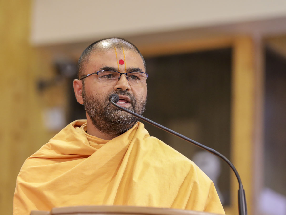 Amrutcharit Swami addresses the assembly