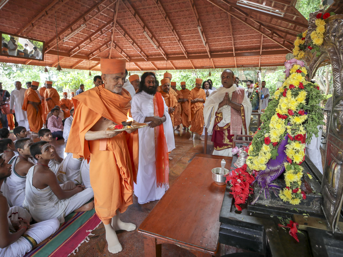 Swamishri performs arti of Shri Ganeshji in the ashram of Sri Sri Ravi Shankar