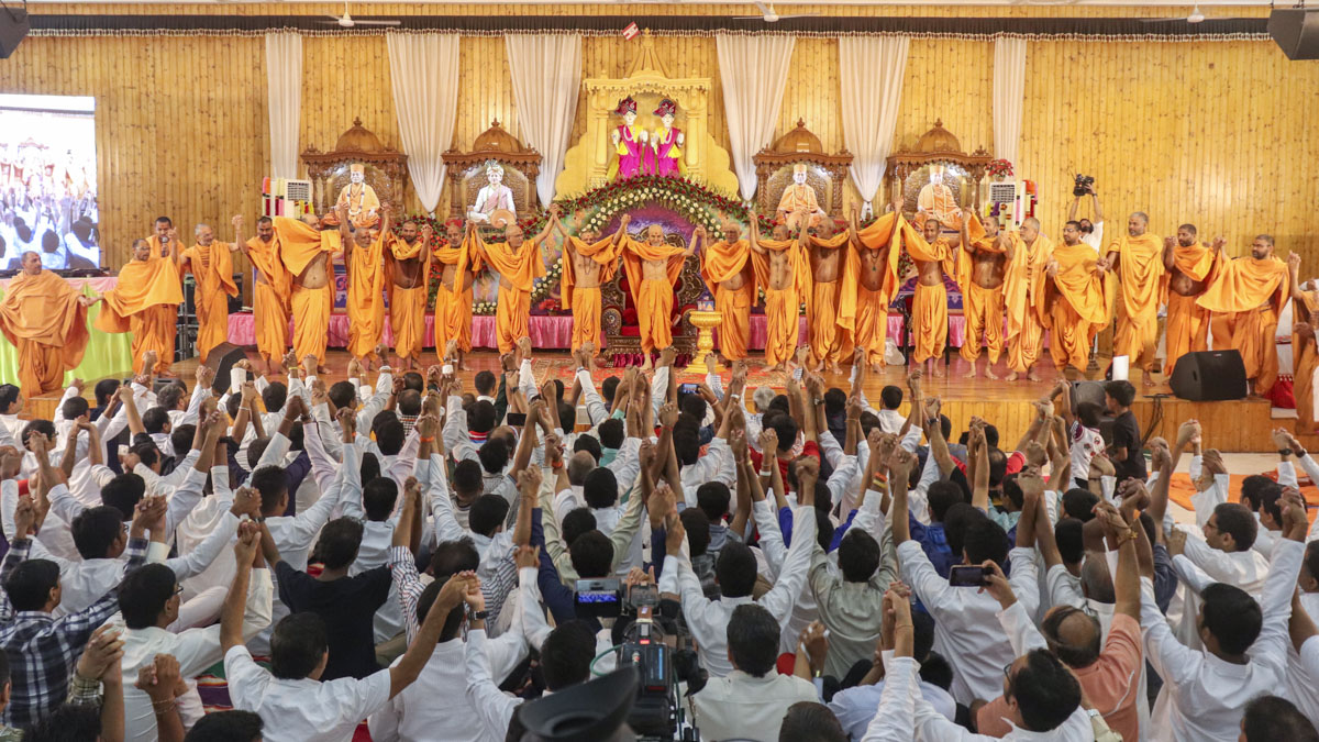 Swamishri, sadhus and devotees join hands in a gesture of unity