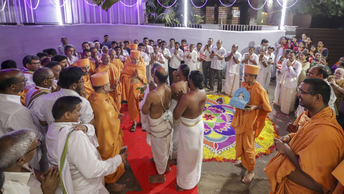 Traditional welcome of Swamishri