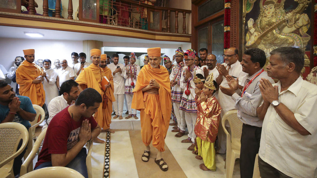 Swamishri arrives for the evening satsang assembly