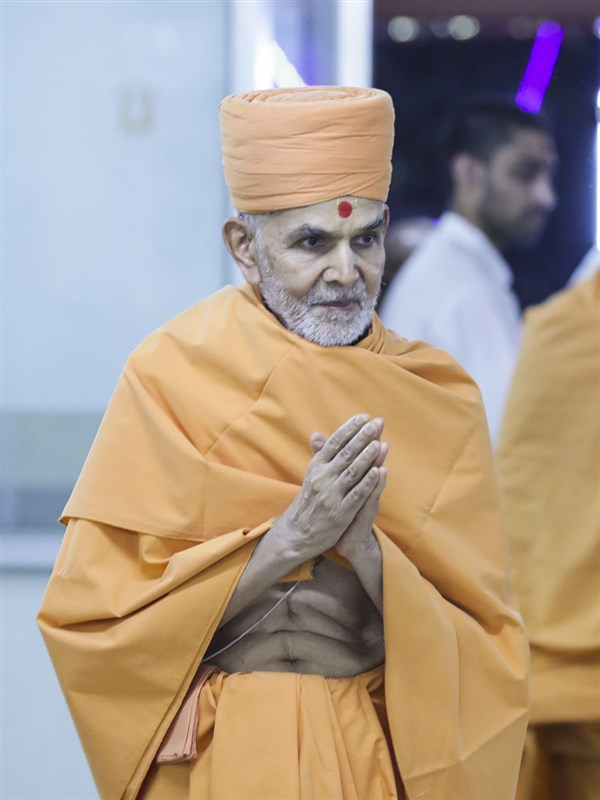 Param Pujya Mahant Swami Maharaj arrives for Thakorji's darshan
