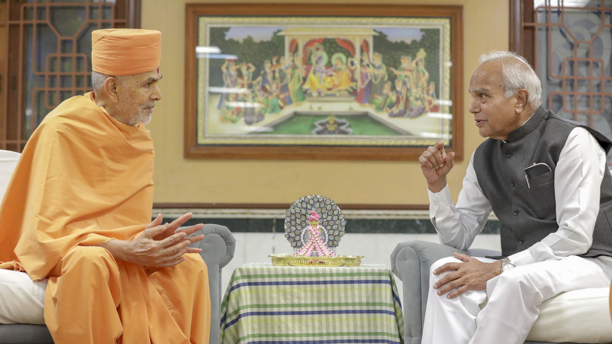 Shri Banwarilal Purohit, Governor of Tamil Nadu, India, meets Swamishri