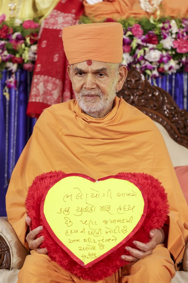 Swamishri blesses: Even though Yogiji Bapa said, 'Youths are my heart,' the heart has a very big responsibility. It nourishes the entire body.