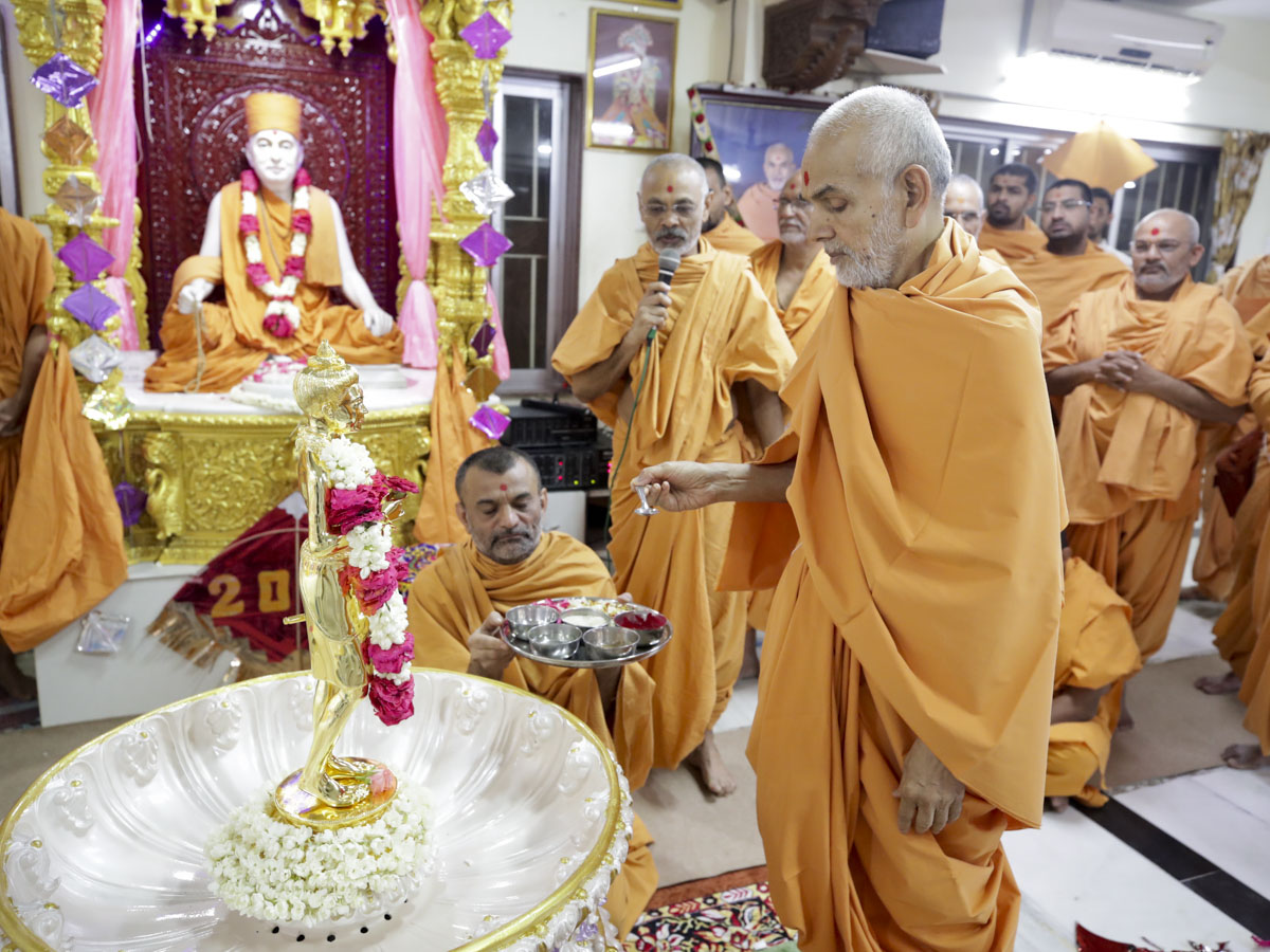 Swamishri performs the murti-pratishtha rituals of the abhishek murti of Shri Nilkanth Varni