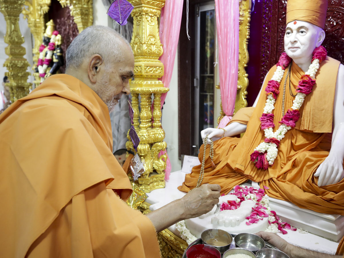 Swamishri performs pujan of the holy charanarvind of Bhagwan Swaminarayan