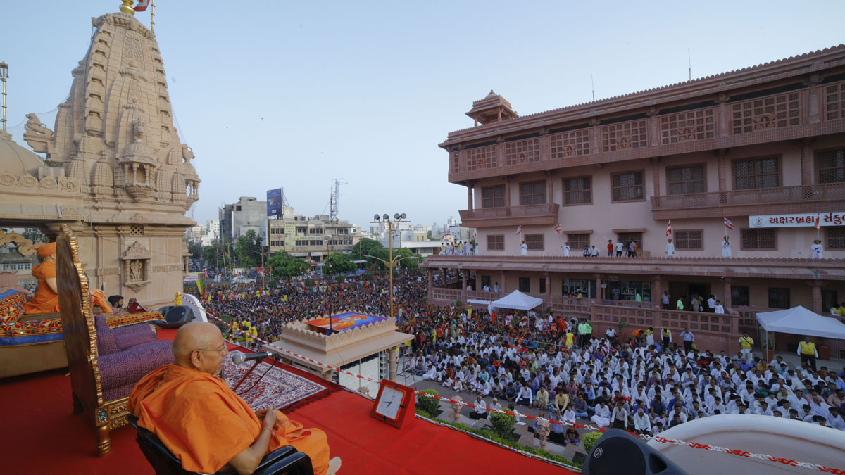 Pujya Tyagvallabh Swami addresses the welcome assembly before Swamishri's arrival