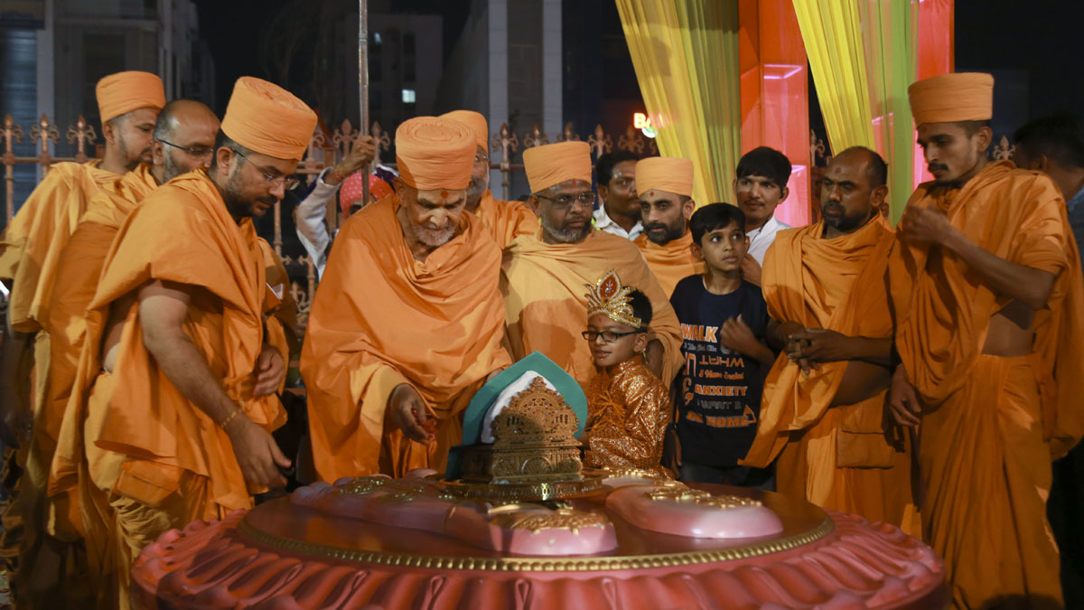 On arrival, Param Pujya Mahant Swami Maharaj performs pujan of the holy charanavind of Bhagwan Swaminarayan at the mandir entrance