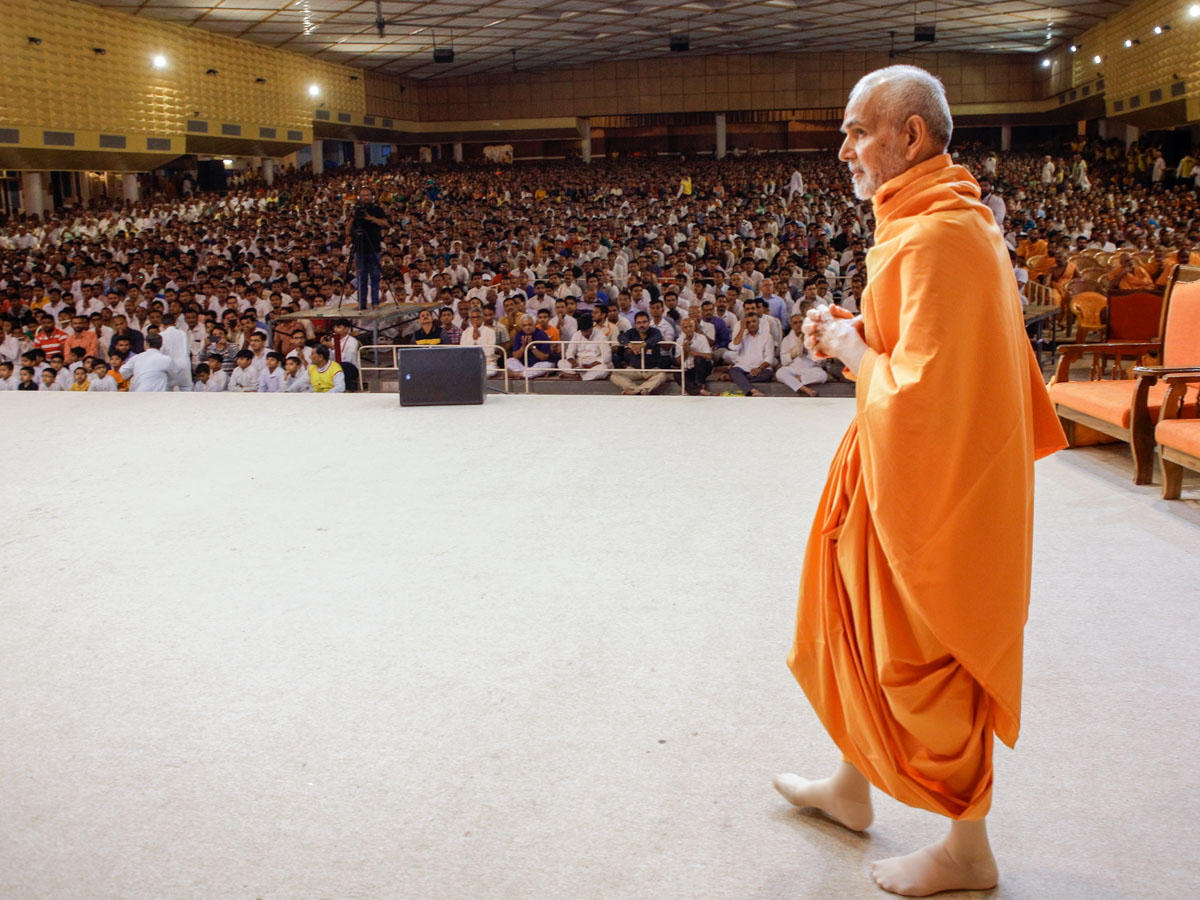 Swamishri arrives for his morning puja