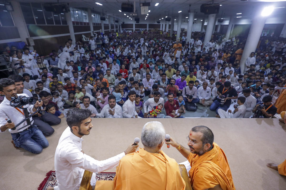 Swamishri gives vartman mantra to devotees