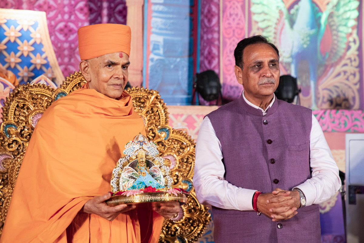 Chief Minister of Gujarat Shri Vijaybhai Rupani with Swamishri
