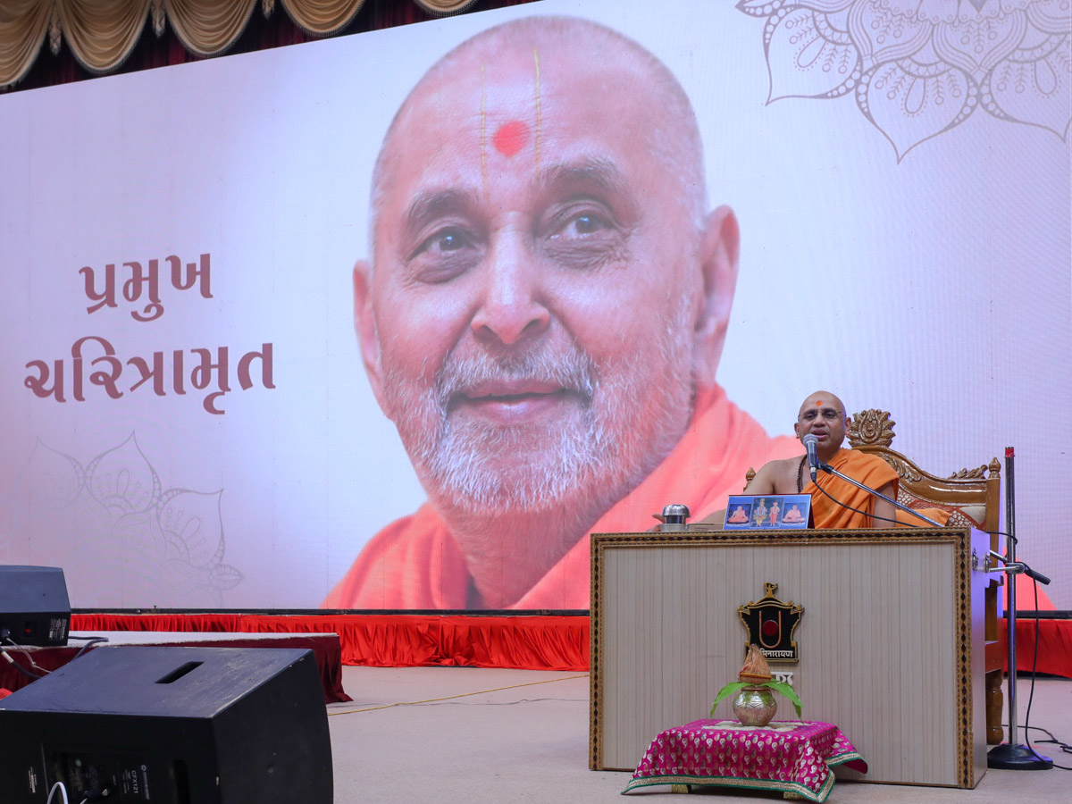 Narayancharan Swami addresses the evening satsang assembly