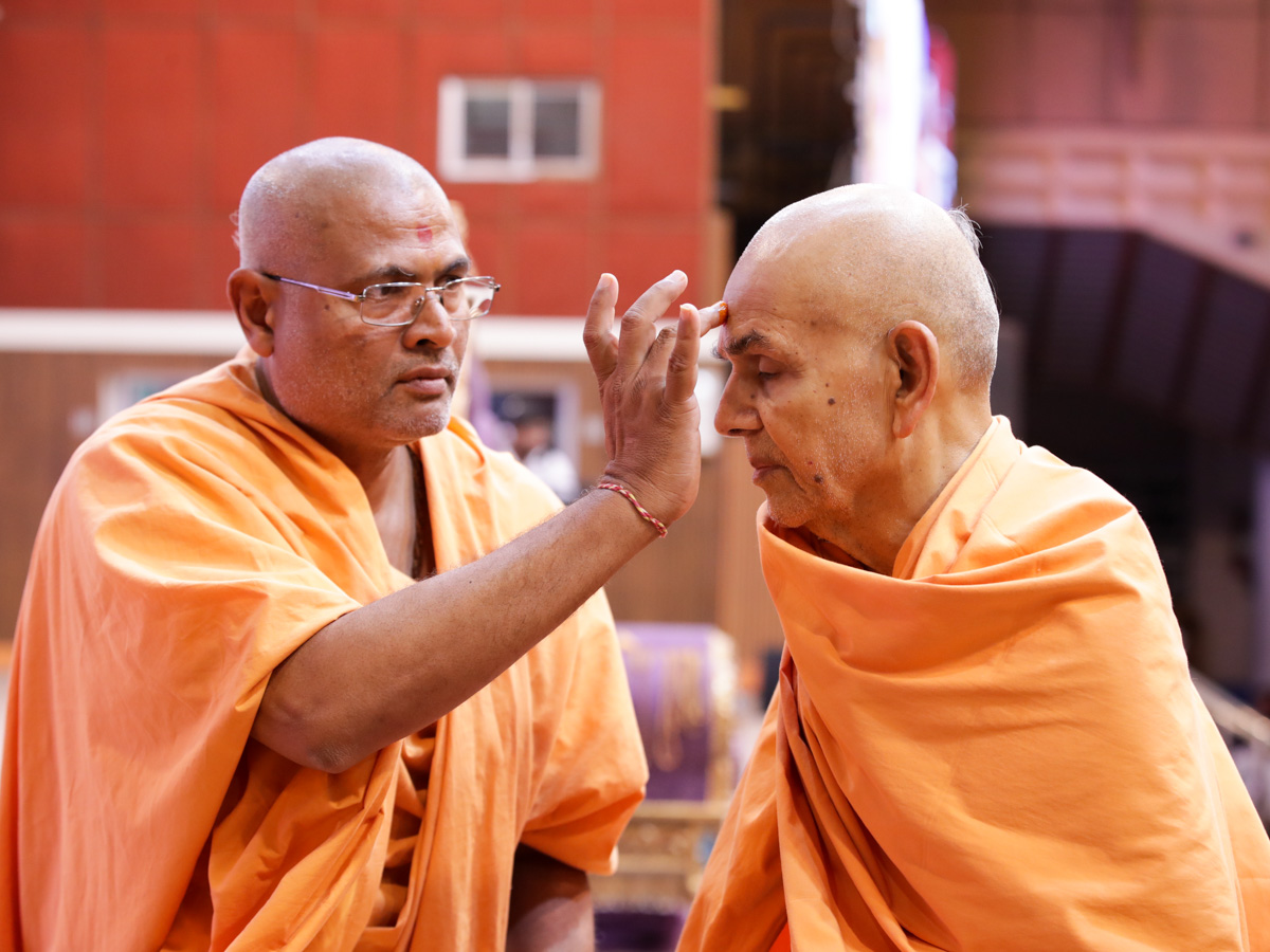 Brahmatirth Swami performs pujan of Swamishri