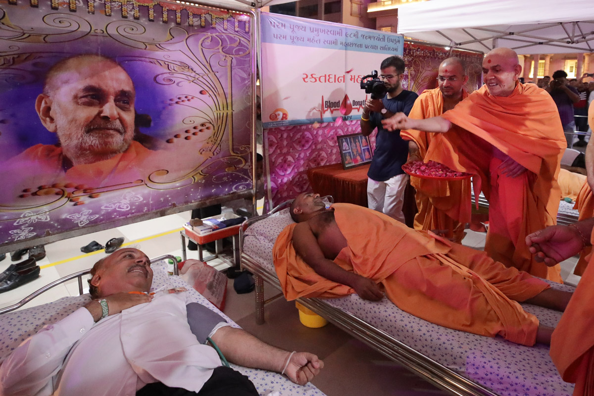 Swamishri blesses sadhus and devotees at the blood donation camp