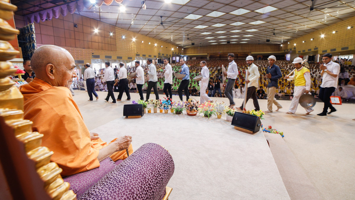 Swamishri blesses volunteers of the various departments