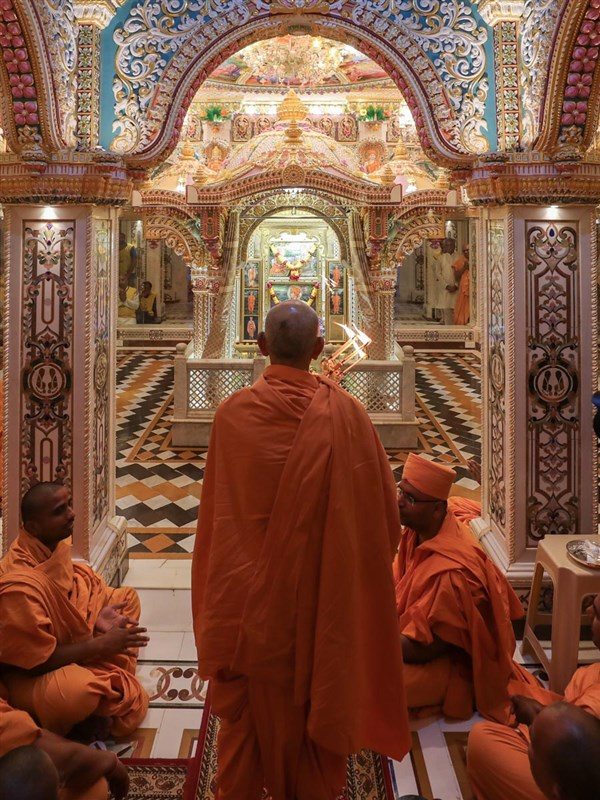 Swamishri performs the evening arti in the Akshar Deri