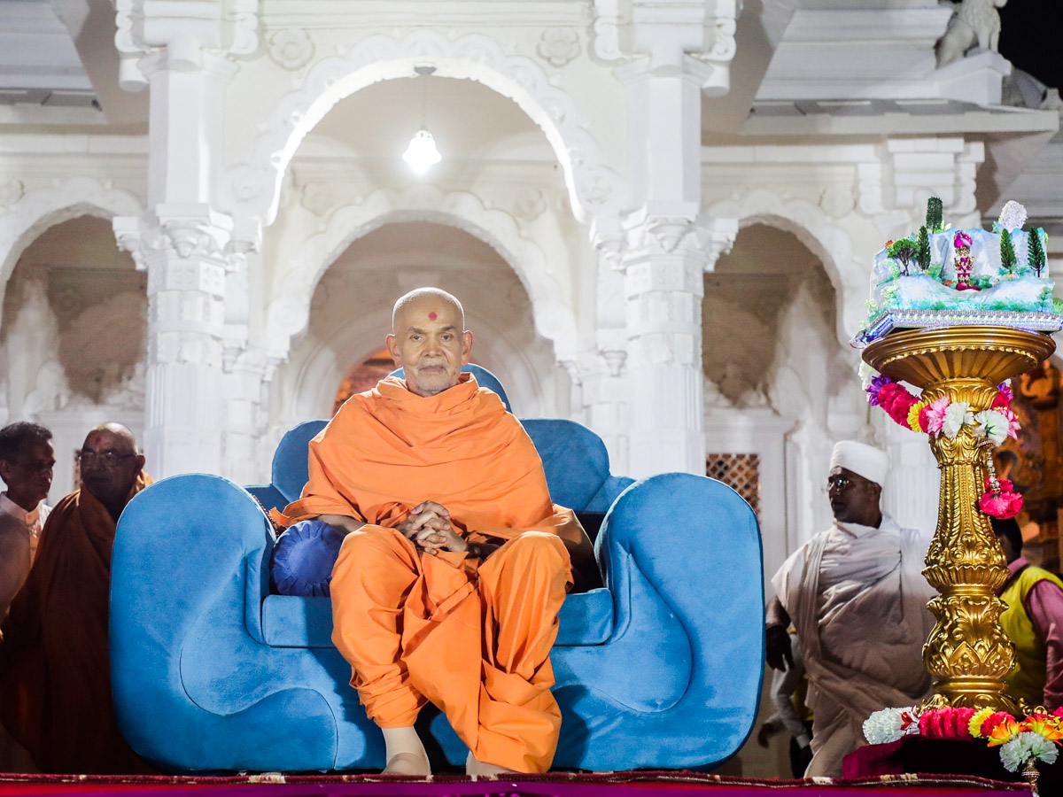 Swamishri on the mandir podium during the assembly
