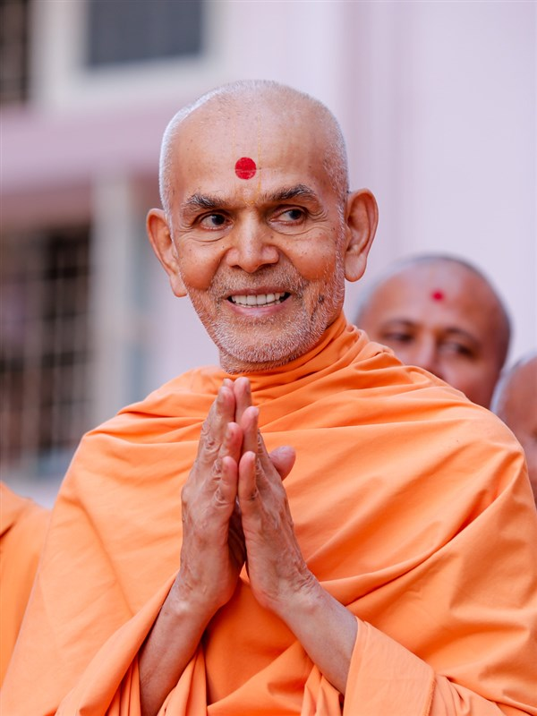 Swamishri greets devotees with 'Jai Swaminarayan' in the mandir grounds