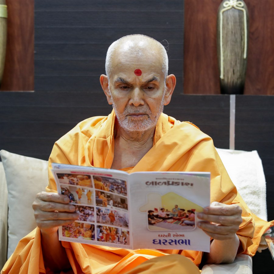 Swamishri reads the 'Bal Prakash'