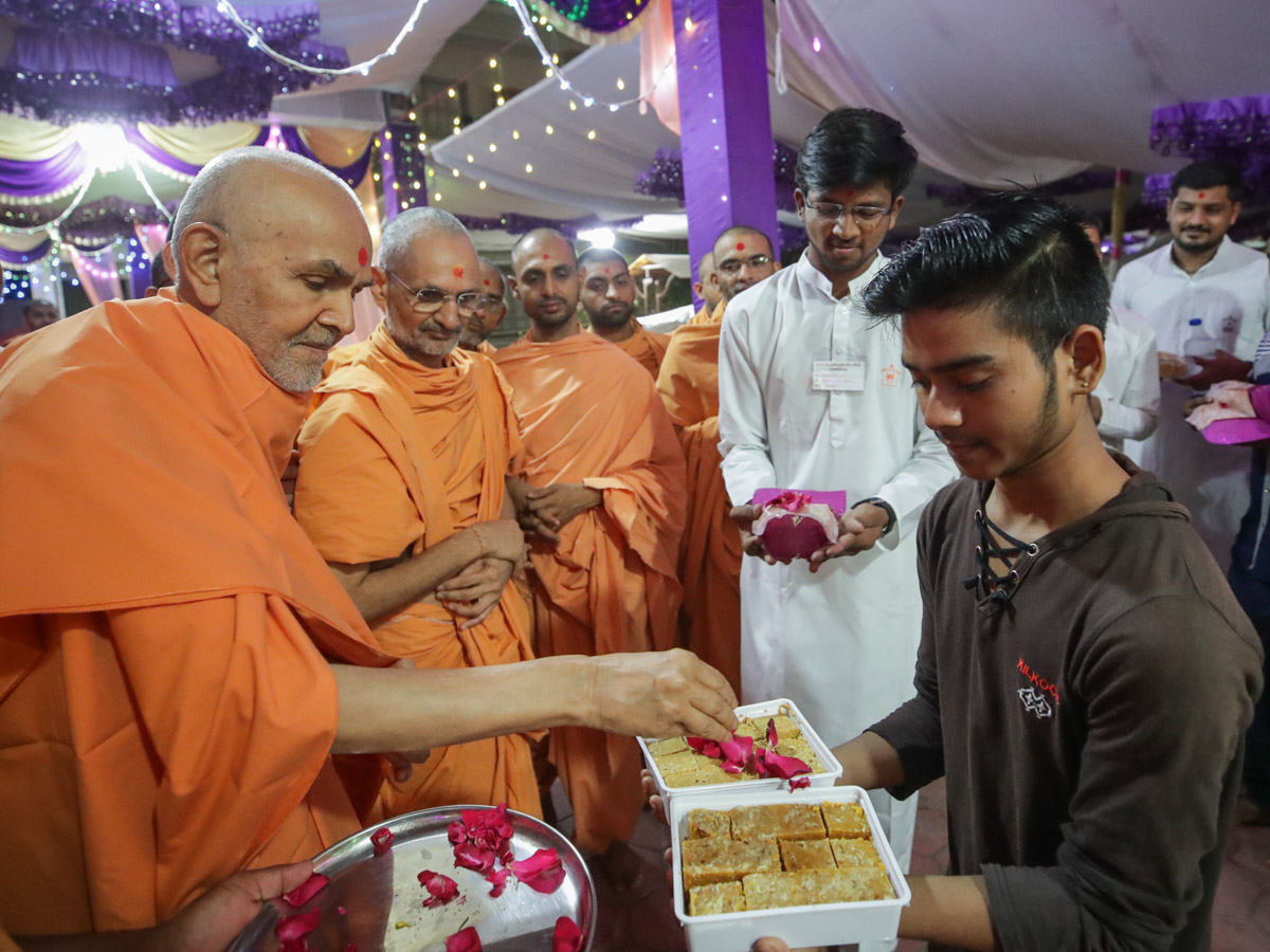 Param Pujya Mahant Swami Maharaj sanctifies food items