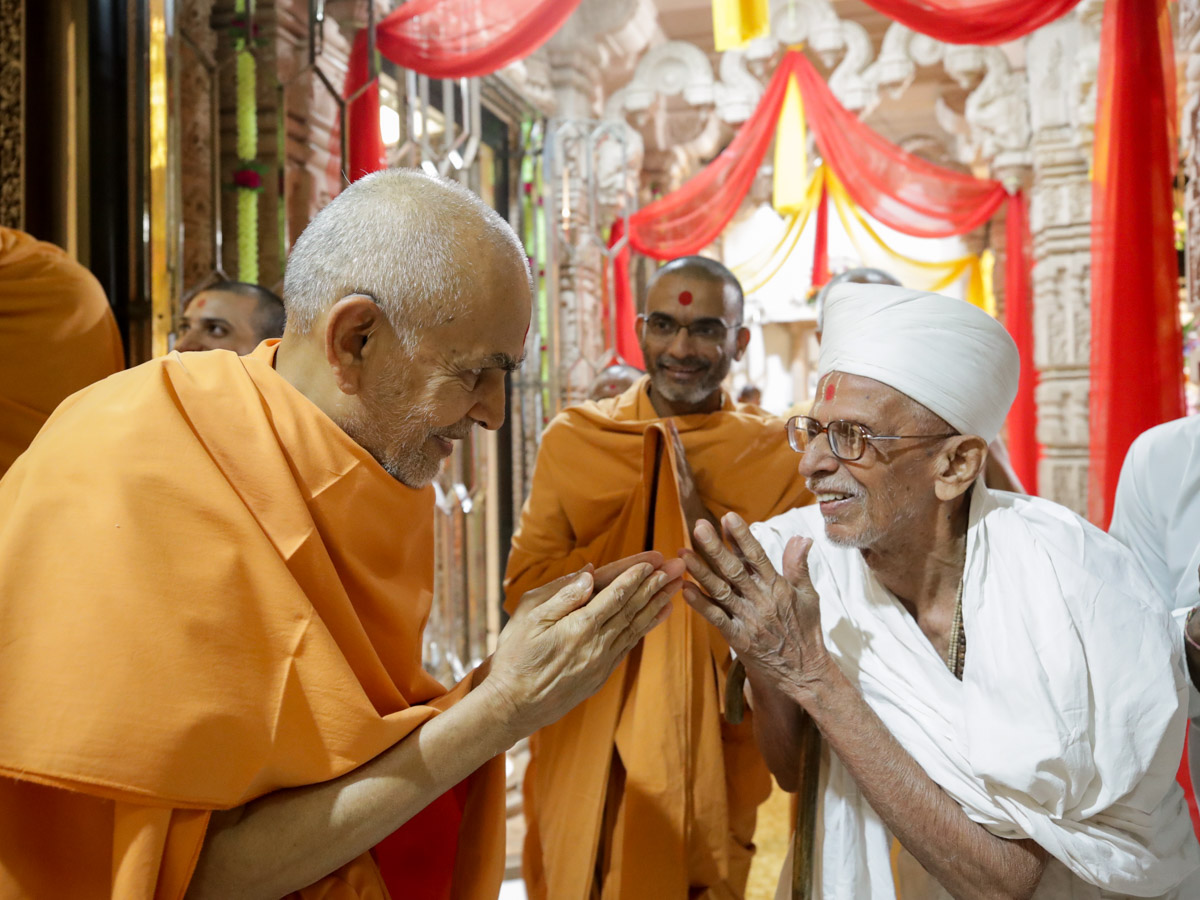 Swamishri greets a parshad with 'Jai Swaminarayan'
