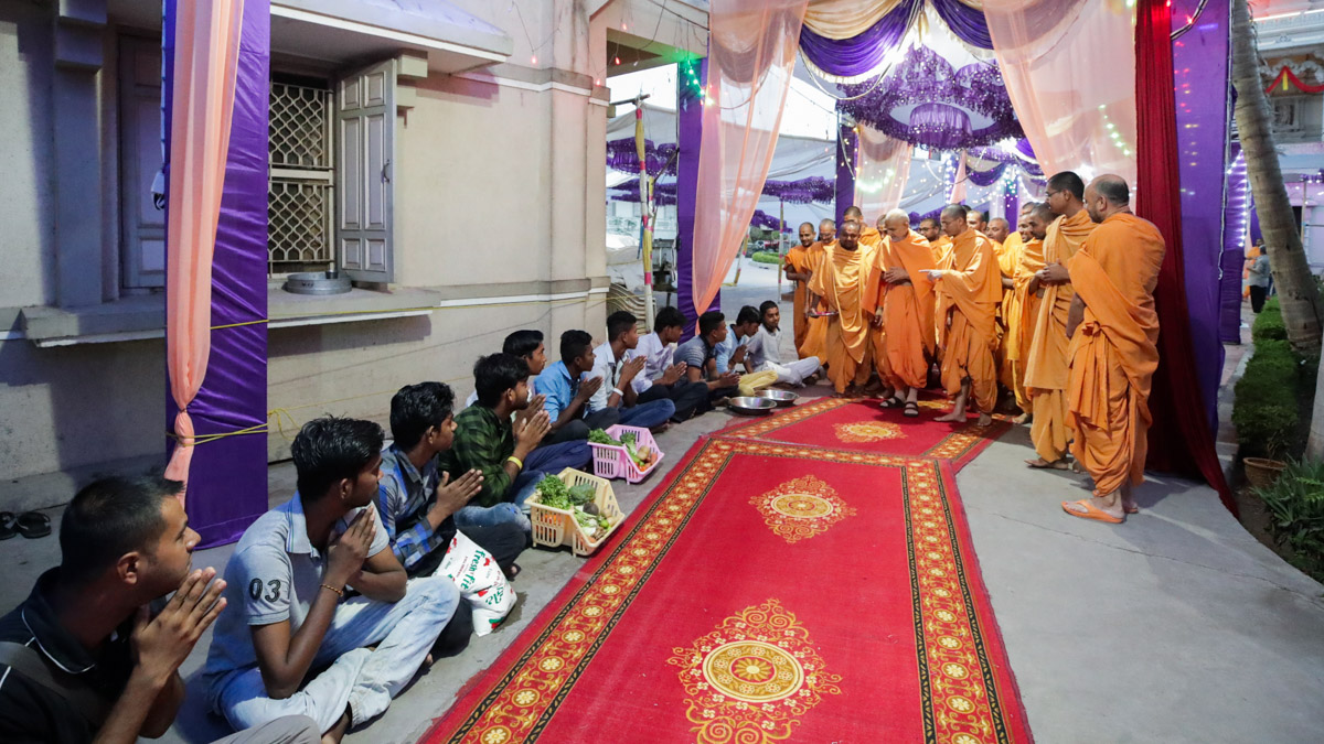 Mandir staff doing darshan of Swamishri