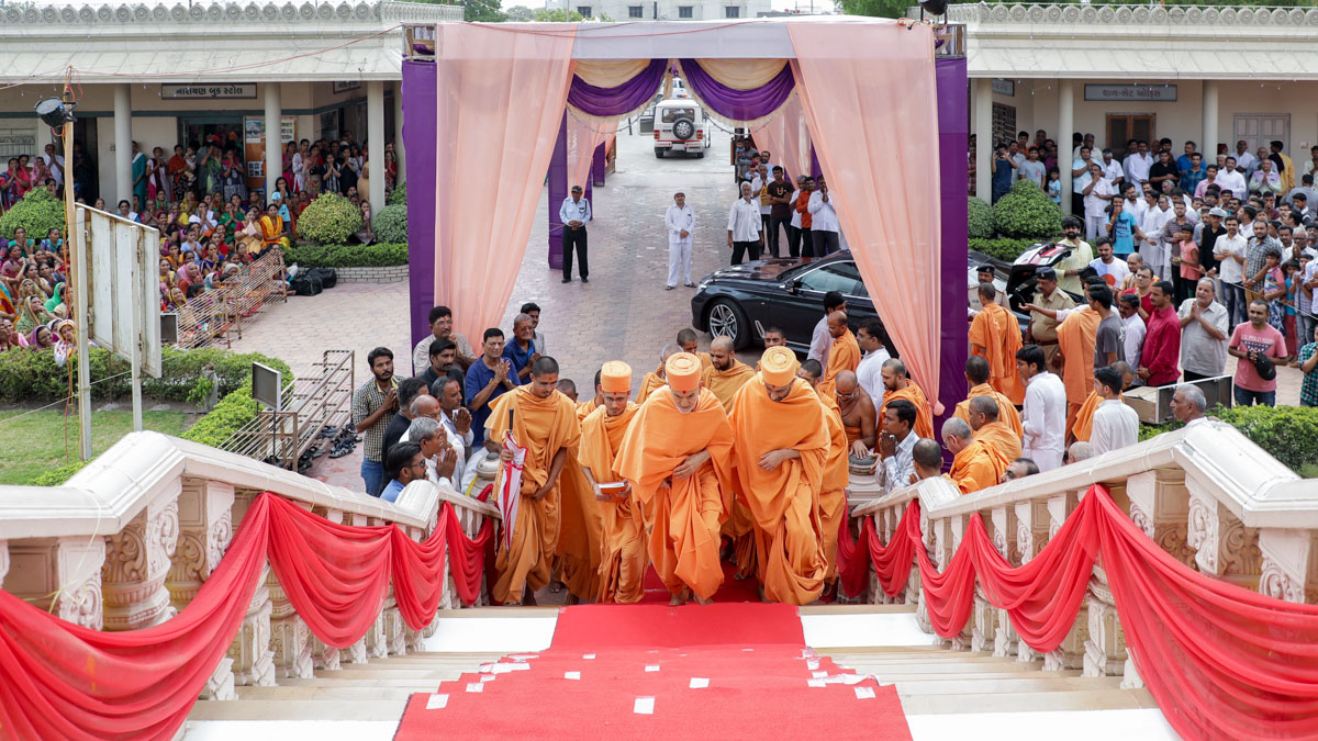 Swamishri arrives for Thakorji's darshan before departing from Limbdi