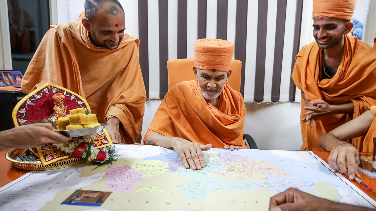 Swamishri sanctifies a map