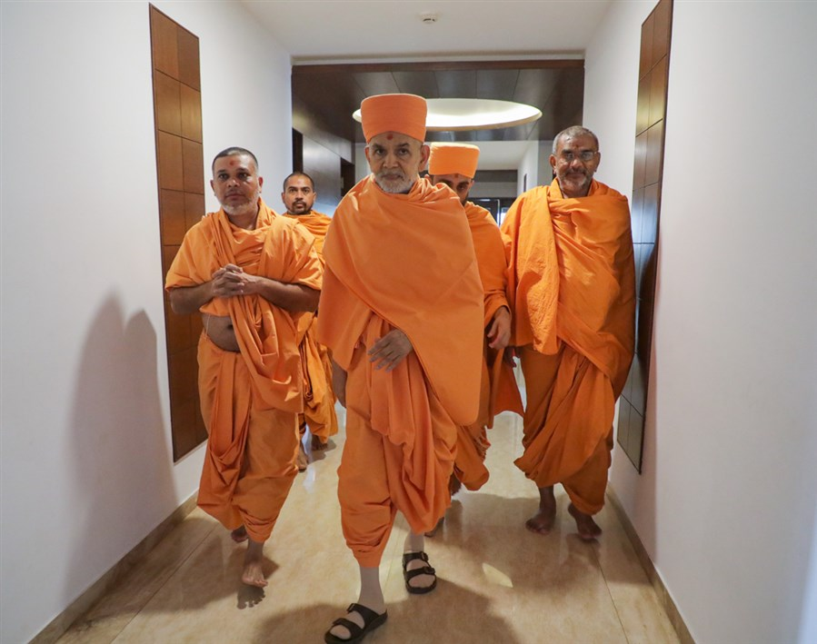 Swamishri departs from Bhuj