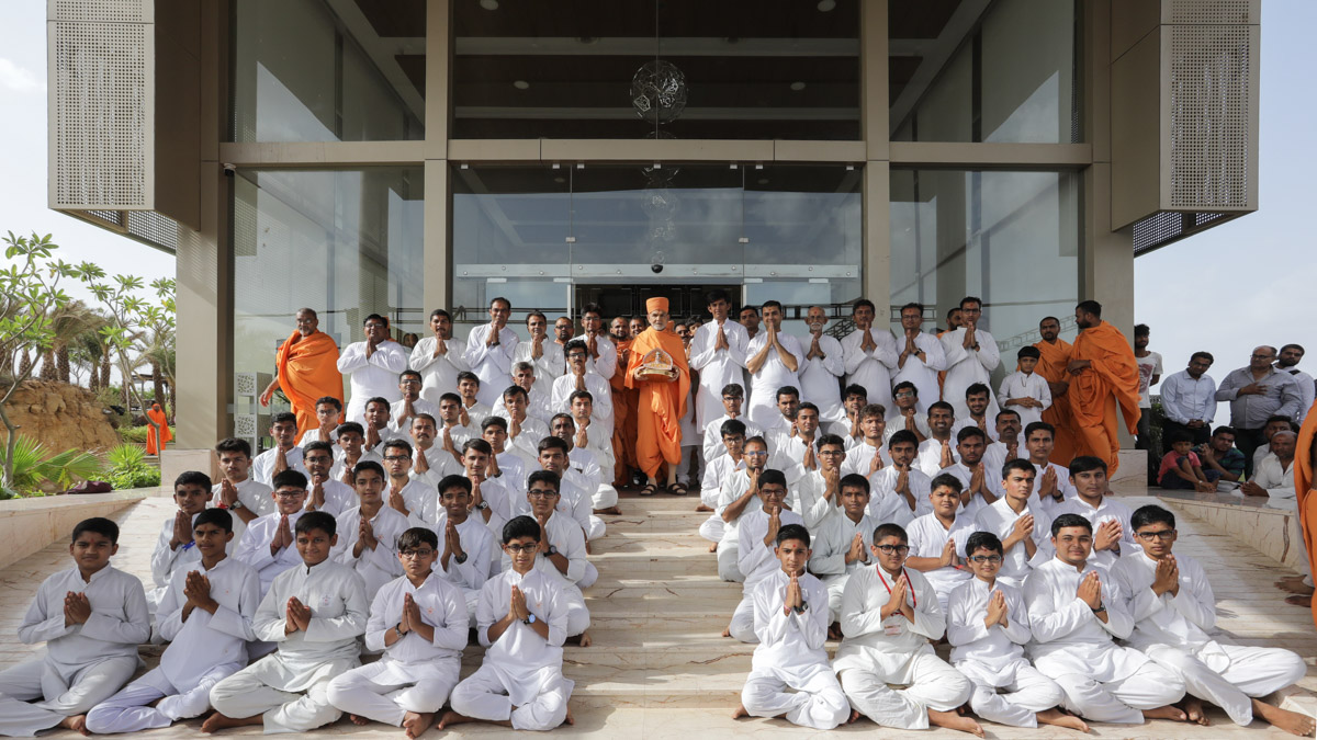 Swamishri with karyakars