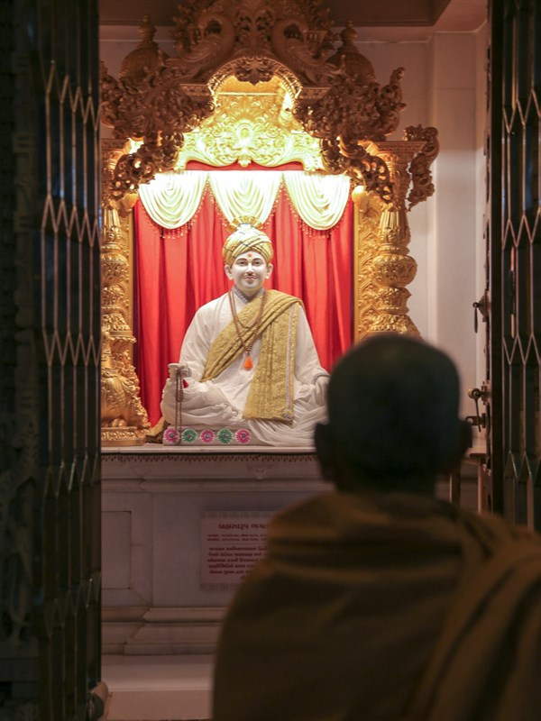 Swamishri engrossed in the darshan of Brahmaswarup Bhagatji Maharaj