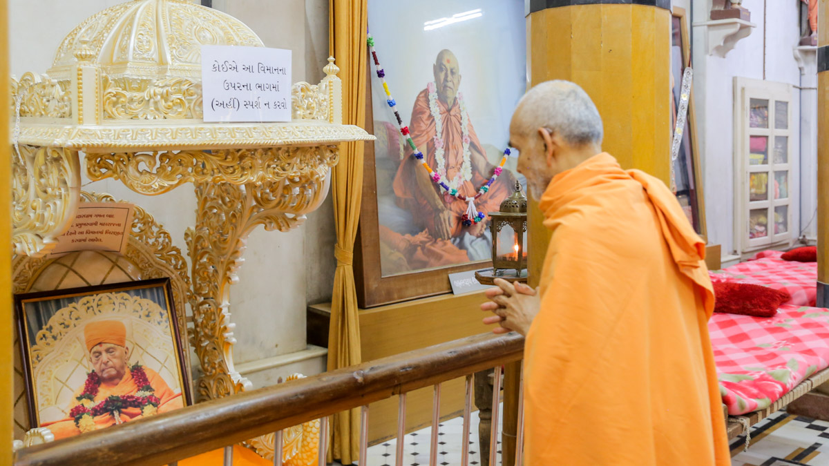 Swamishri engrossed in darshan in the Rang Mandapam