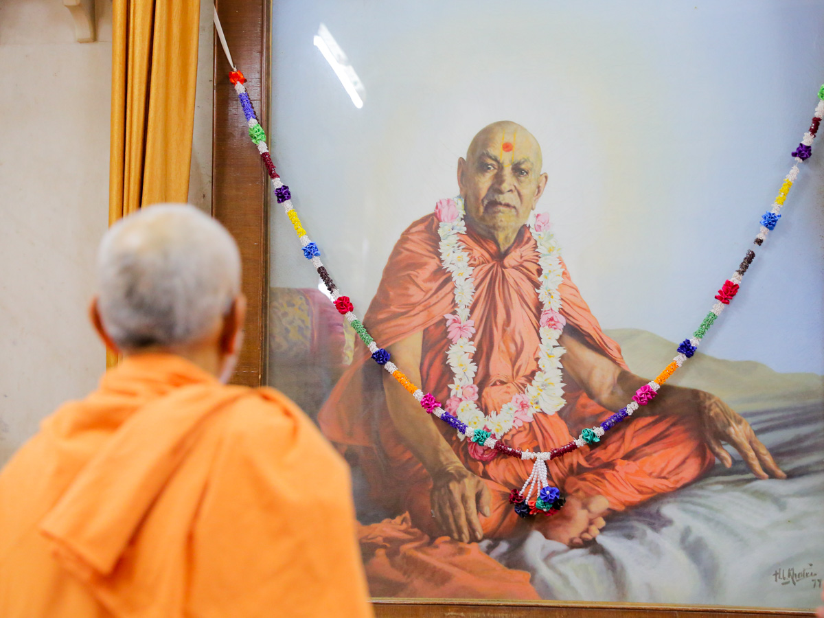 Swamishri doing darshan of Brahmaswarup Shastriji Maharaj in the Rang Mandapam