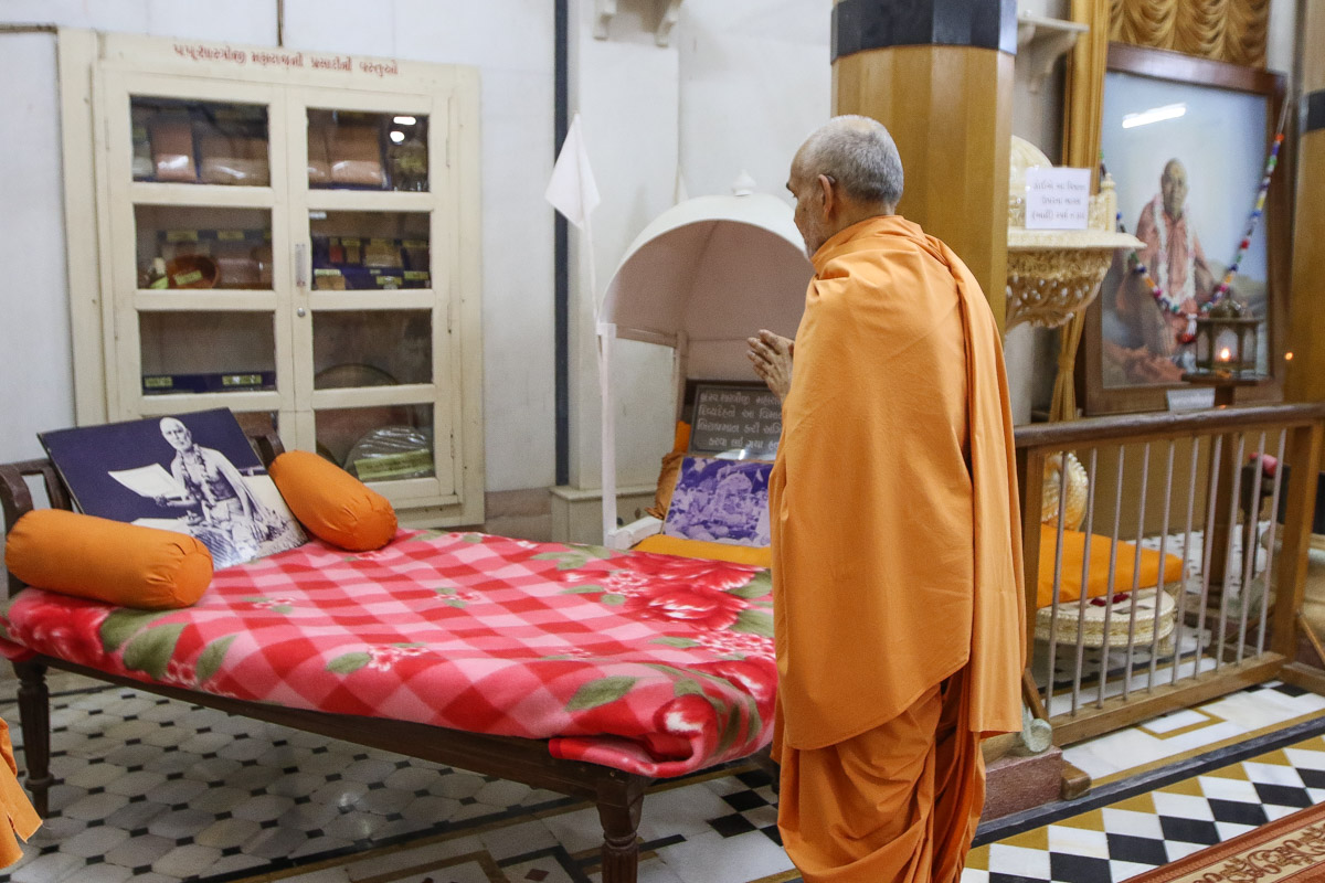 Swamishri engrossed in darshan of Brahmaswarup Shastriji Maharaj in the Rang Mandap