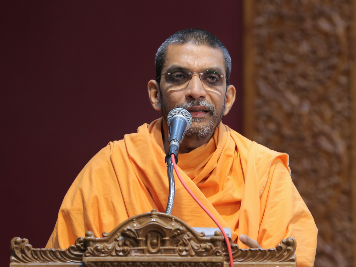 Adarshjivan Swami addresses the Pramukh Varni Din assembly