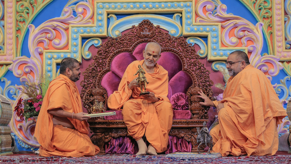 Swamishri sanctifies models of Bhagwan Swaminarayan seated on his horse, Rojo