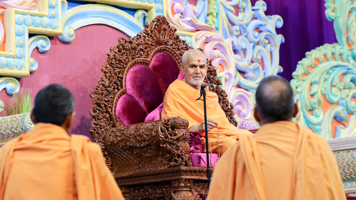 Swamishri participates in the Pramukh Varni Din assembly