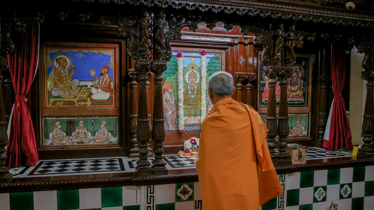 Swamishri engrossed in darshan in the sabha mandap