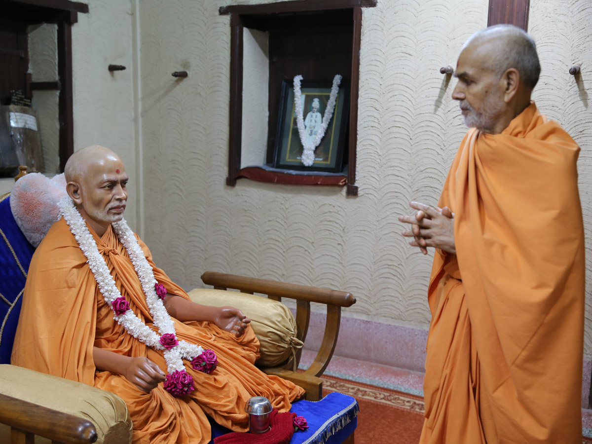 Swamishri doing darshan of Brahmaswarup Shastriji Maharaj