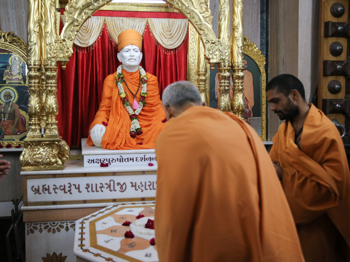 Swamishri engrossed in darshan at the Shastriji Maharaj Smruti Mandir