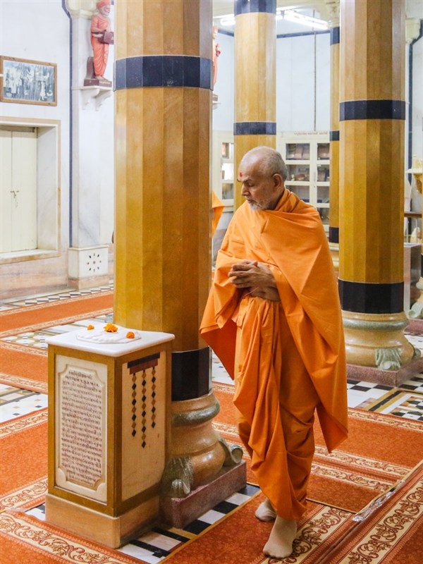Swamishri performs pradakshina of holy charanarvind of Bhagwan Swaminarayan in the Rang Mandap