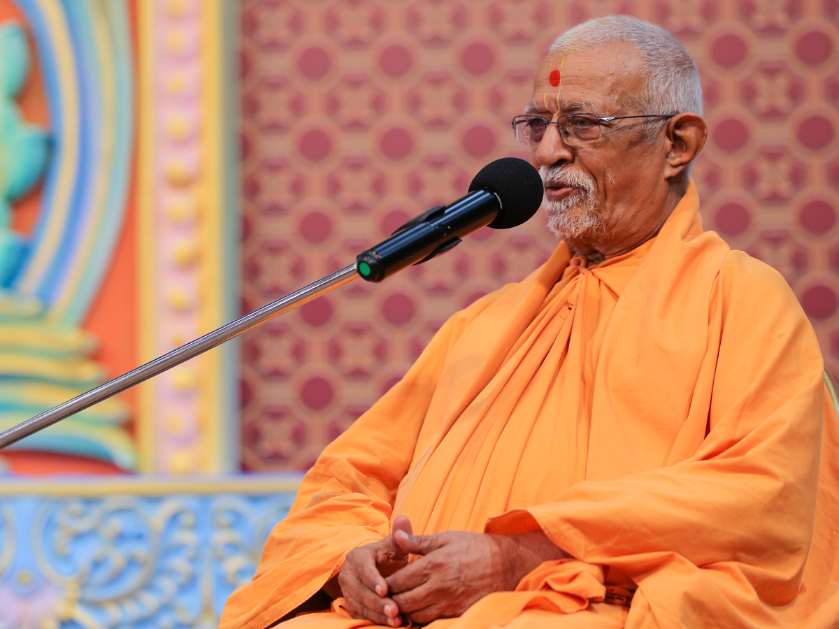 Pujya Swayamprakash Swami (Doctor Swami) delivers a discourse in the morning assembly