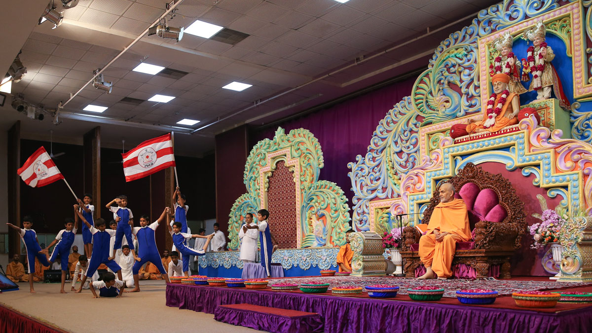 Students of Swaminarayan Vidyamandir, Sarangpur, perform yoga before Swamishri