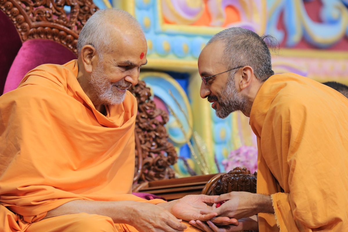 Swamishri blesses Yoganand Swami for completing his Acharya degree in Vedant