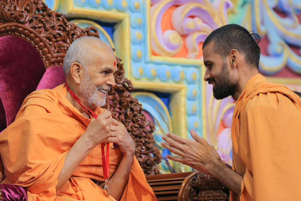 Swamishri blesses Gnantrupta Swami for earning the silver medal in his Shastri exams