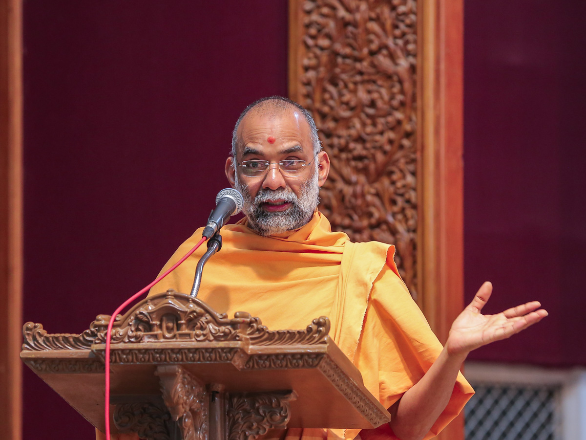 Bhaktisagar Swami addresses the assembly