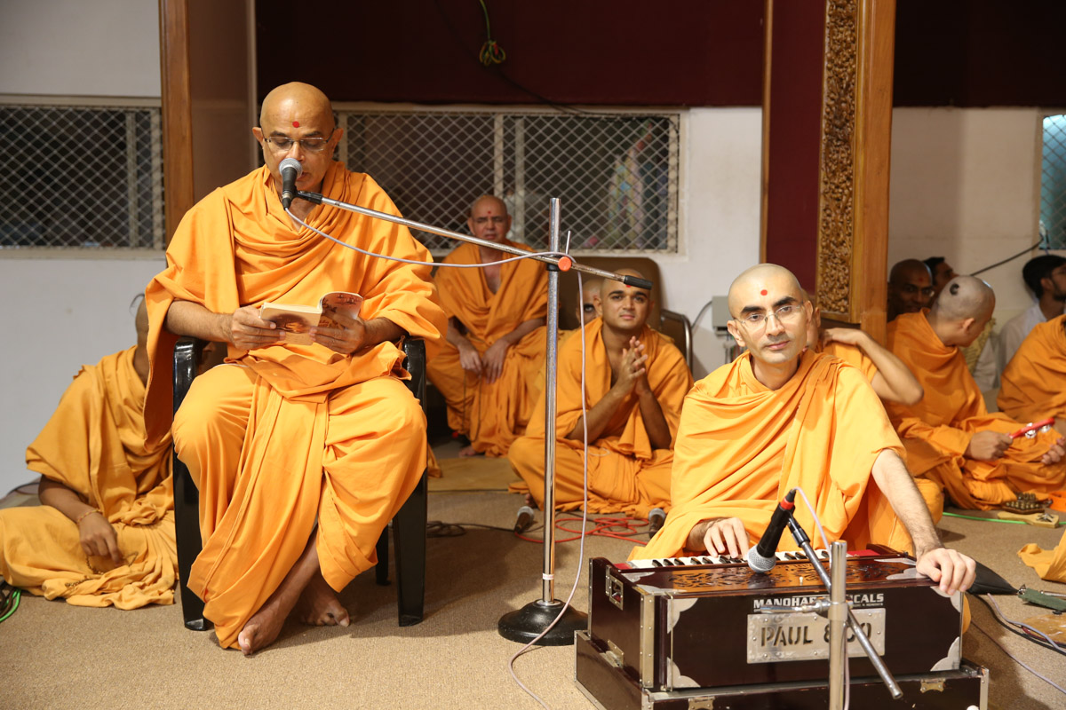 Senior sadhus sing kirtans in Swamishri's morning puja
