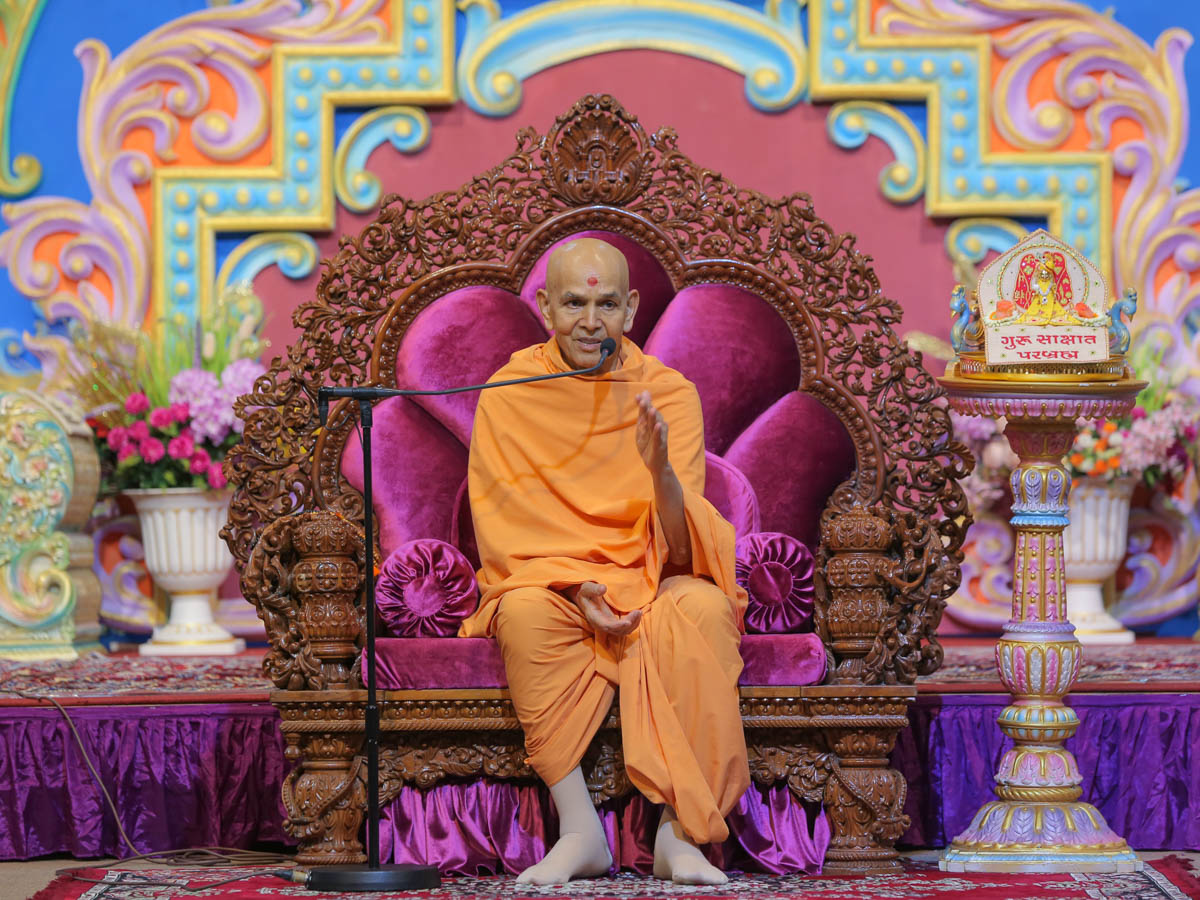 Swamishri blesses devotees in the evening