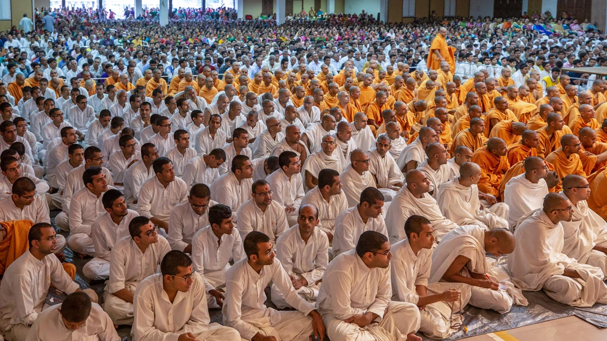 Sadhus, parshads and sadhaks doing Swamishri's puja darshan